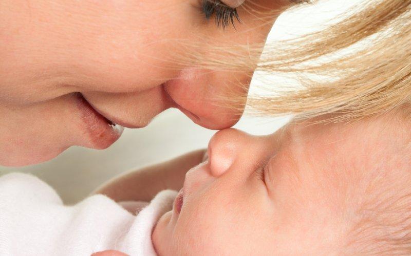 kako dojiti novorođenče