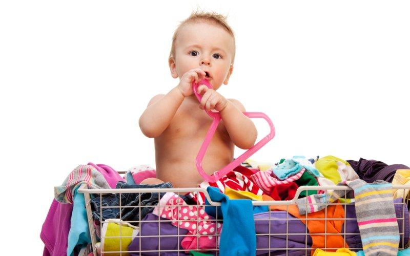 beba ne želi nositi odjeću