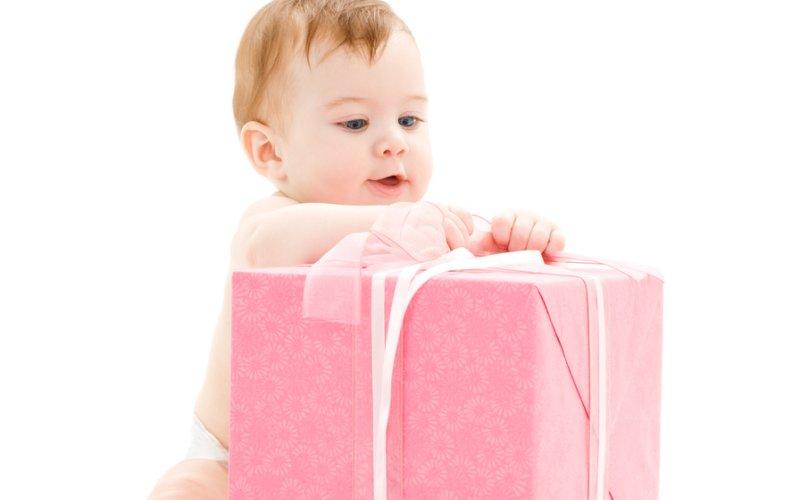 dijete s poklonom