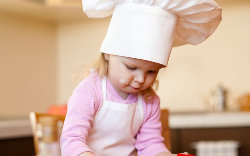 djevojčica u kuhinji