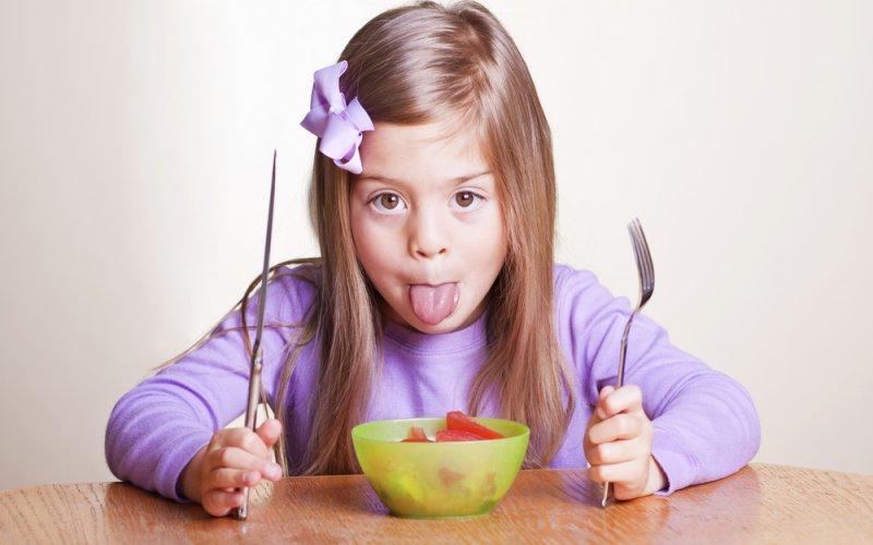 djevojičica jede