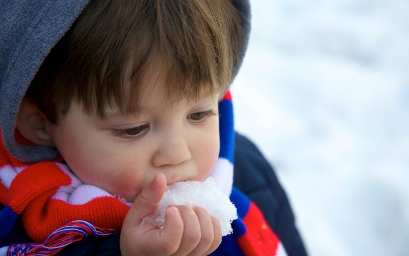 dijete jede snijeg
