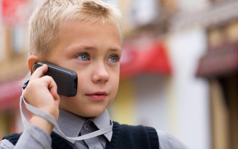 dijete priča na mobitel