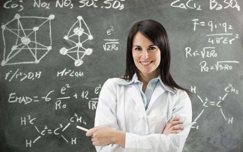 učiteljica pred pločom