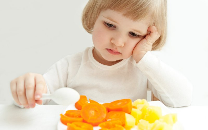 dijete jede povrće