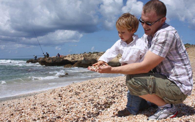 otac i dijete na plaži