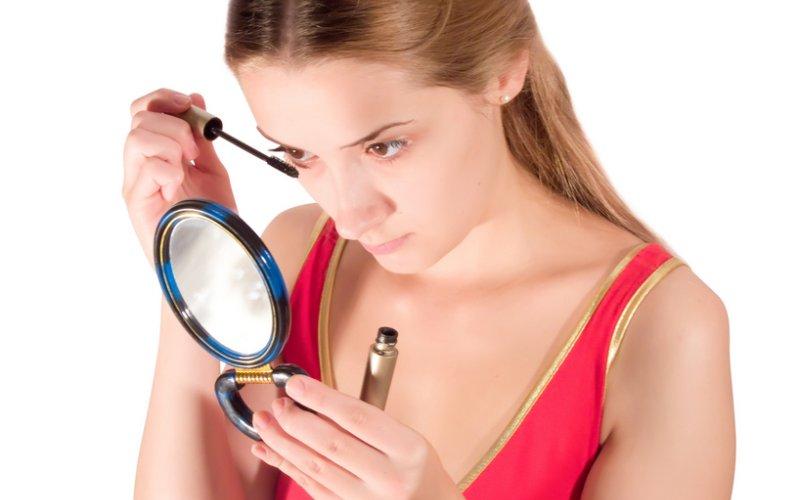 djevojka se šminka