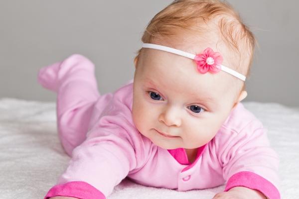 beba podiže glavicu