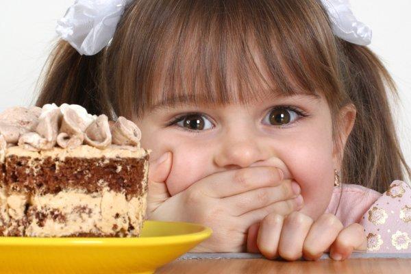dijete i kolač