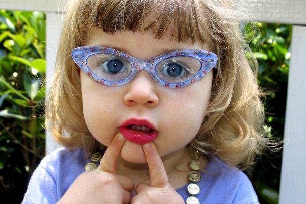 dijete s naočalama