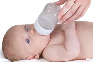 beba pije iz bočice