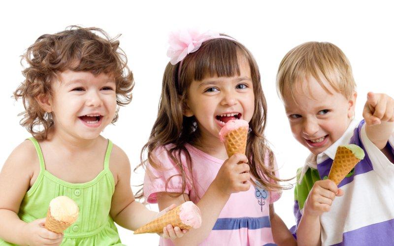 djeca jedu sladoled